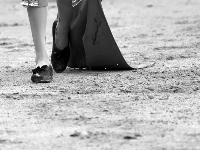 Detalle de un torero con muleta en blanco y negro