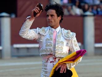 Imagen exterior de Miguel Abellán con una oreja en Madrid