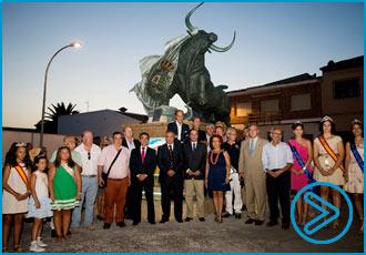 VÍDEO Inauguró el grupo escultórico Toro de Lidia