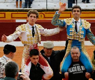 OLIVENZA Perera y Ginés en hombros. Oreja Garrido