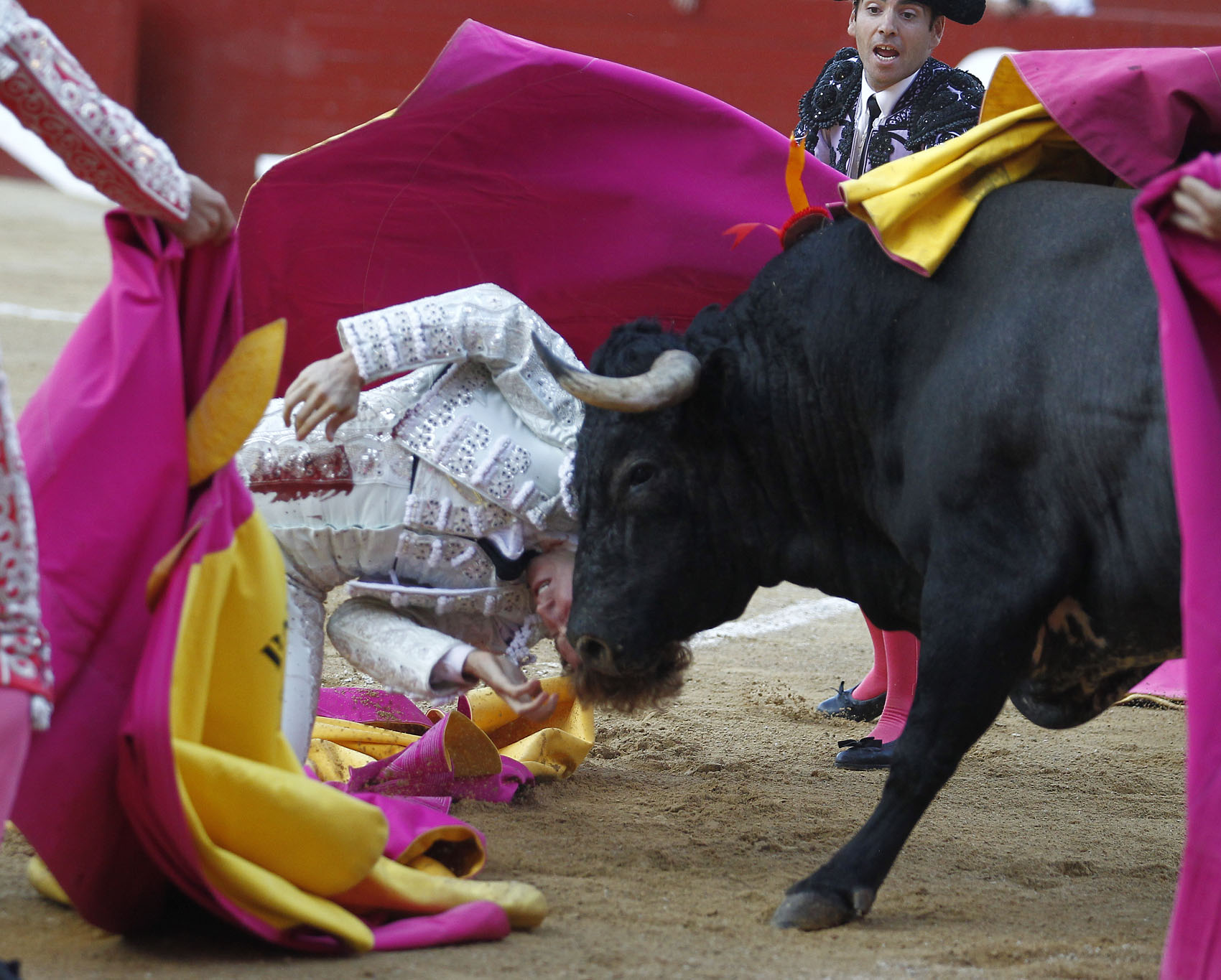 BAYONA Fue cogido por el último toro de la tarde