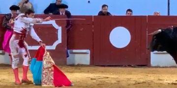 Francisco Montero entra a matar con el capote de paseo