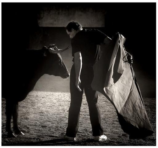 Ojeda dialogando con una señora vaca de Victorino