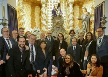 Curro Díaz dona un traje de luces a la Hermandad del Nazareno de Linares