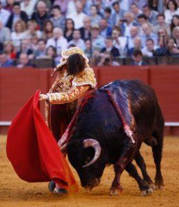 Pase de pecho de Roca Rey en Sevilla