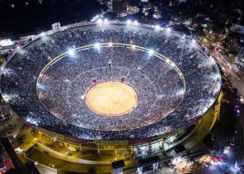 Plaza Mexico entradon noche iluminada