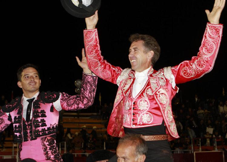 Hermoso y El Zapata en hombros en Tenancingo