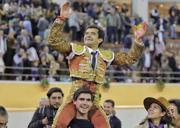 Joselito Adame, a hombros en Juriquilla