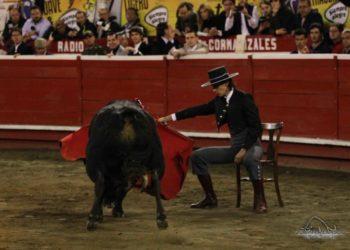Arcila inicia faena sentado en una silla en el festival de Manizales I Julián Velasco