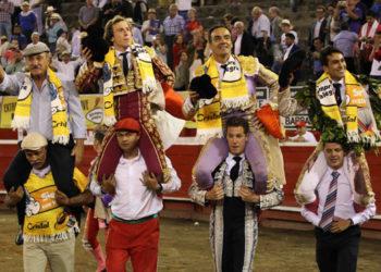El Cid, Román y Juan Sebastián Hernández salen en hombros de la plaza de Manizales con el ganadero Carlos Barbero I Julián Velasco