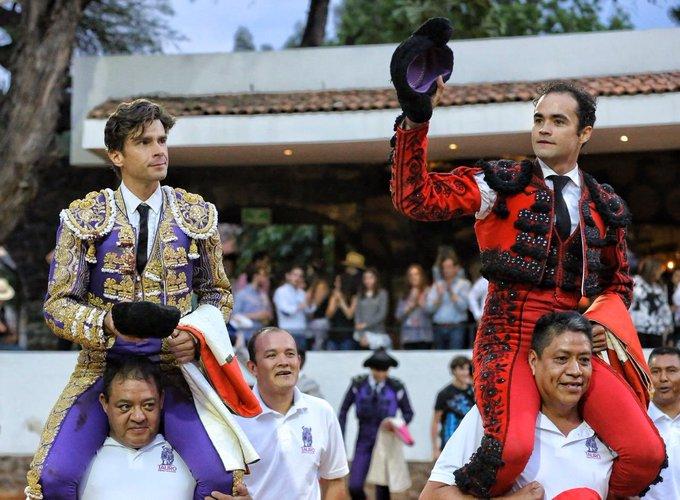 Juan Pablo Sánchez y Eduardo Gallo en hombros
