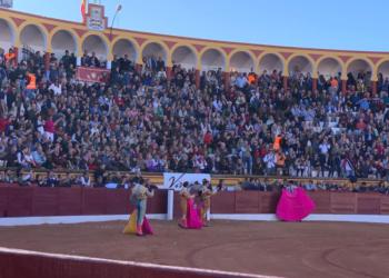 El público, que llena la plaza, obliga a saludar a los tres toreros