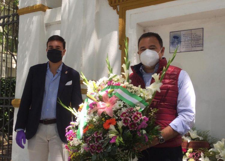 Ricardo Sánchez, Delegado del Gobierno de la Junta de Andalucía en Sevilla, junto a Pedro Casado, presidente del Círculo Taurino Puerta Carmona, entregan un ramo de flores en memoria de Joselito.