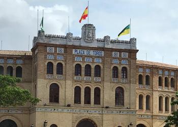 La Plaza Real de El Puerto luce las banderas a media asta