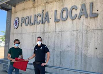 Ginés Marín dona una muleta a la Policía Local de Badajoz