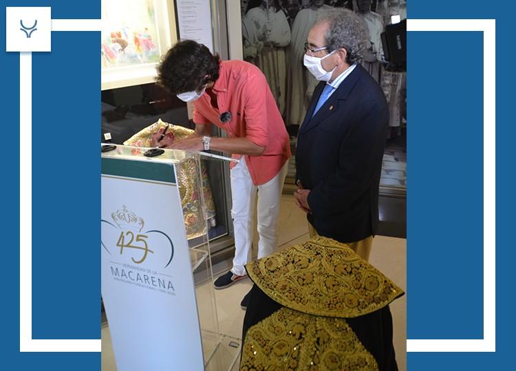 Sebastián Castella dona a la Macarena un capote de paseo y contribuye al monumento de Joselito