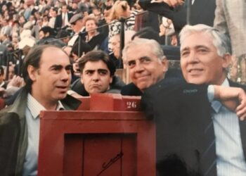 Teodoro Matilla con José Antonio Martínez Uranga, su hijo Manuel y Paco Camino en La Maestranza l CUEVAS