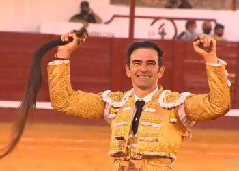 Rotunda dimensión de Sergio Serrano, dos orejas y rabo de un toro de vuelta (Directo: Manzanares)