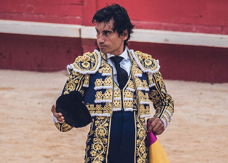 Curro Díaz saludando ayer en Nimes