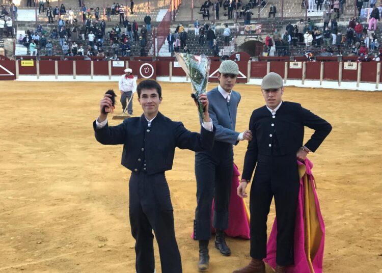 Ángel Delgado pasea las dos orejas de su astado