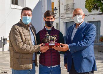 Mario Sánchez, recibe el trofeo de 'Triunfador' de la VIII Competición Provincial Escuelas de Cádiz