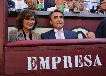 Carmen Calvo, en el callejón de Las Ventas, junto a Victorino Martín. l ELMUNDO.ES