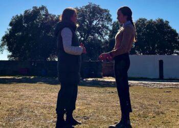 Maestra y novillera charlan en la ganadería de Valrubio tras una mañana de tentadero.