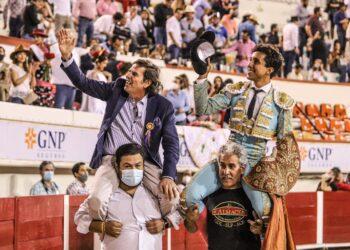 Valadez y Juan Pablo Bailléres Aguascalientes en hombros. Foto cortesía de NTR toros (Charly Lara)