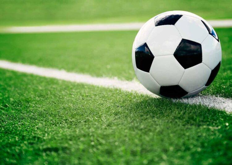 balón de fútbol, césped, recurso