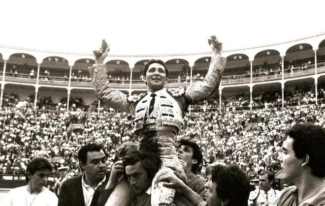 César Rincón sale a hombros en Madrid el 21 de mayo de 1991 tras desorejar a 'Santanerito', de Ibán l EL MUNDO