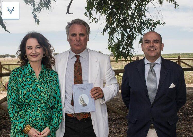 El ganadero Curro Núñez Benjumea presentó su libro 'En el estrecho contra viento y marea'