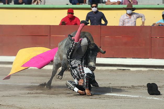 Gustavo Escobedo, alcanzado por el tercero en Apizaco. Fue llevado al hospital para una valoración profunda.