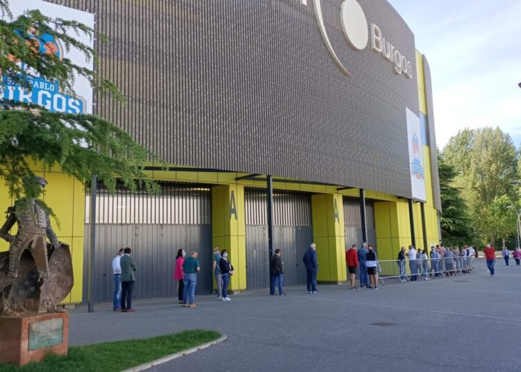 Burgos tiene ganas de toros: colas y expectación en el primer día de renovación de abonos